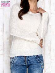 Ecru dzianinowy sweter o szerokim splocie