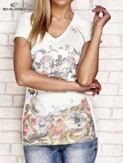 Ecru-turkusowy t-shirt z kwiatowym nadrukiem