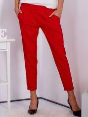 Gładkie czerwone spodnie ze zwężaną nogawką
