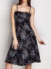 Grafitowa sukienka koktajlowa z kwiatowym motywem