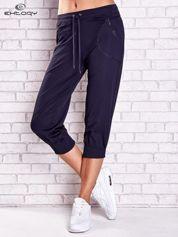 Grafitowe spodnie capri z kieszonką i haftem PLUS SIZE