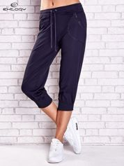 Grafitowe spodnie damskie capri z kieszonką i haftem