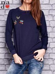 Granatowa bluza z naszywkami