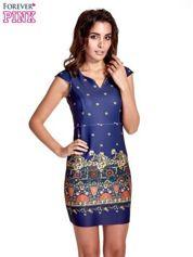 Granatowa sukienka z egzotycznym nadrukiem na dole