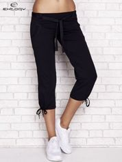 Granatowe dresowe spodnie capri z materiałowym paskiem