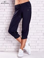 Granatowe spodnie capri z aplikacjami z dżetów