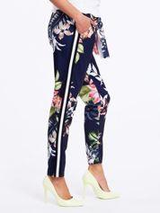 Granatowe spodnie w kwiaty z lampasami