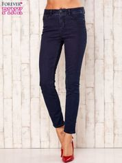 Granatowe spodnie z prostymi nogawkami