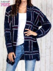 Granatowy sweter w kratę z kieszeniami