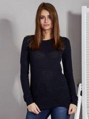 Granatowy sweter z plecionym splotem