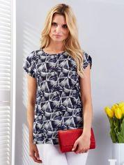 Granatowy t-shirt w geometryczne desenie