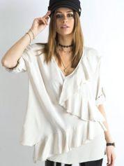 Jasnobeżowa luźna bluzka z asymetryczną falbaną