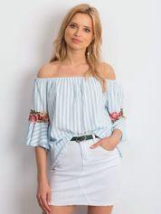 Jasnoniebieska bluzka hiszpanka w paski z kwiatowymi wstawkami