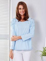 Jasnoniebieska bluzka z perełkami o koronkowymi wstawkami