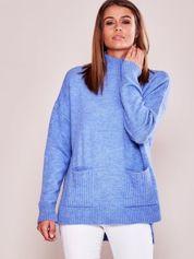 Jasnoniebieski luźny sweter z golfem