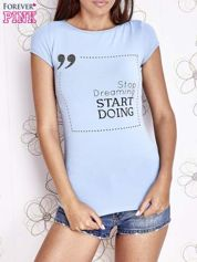 Jasnoniebieski t-shirt z napisem STOP DREAMING START DOING
