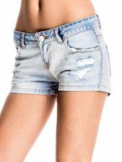 Jasnoniebieskie jeansowe szorty z wytarciami