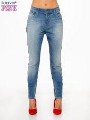 Jasnoniebieskie spodnie typu boyfriend jeans z rozjaśnianą nogawką