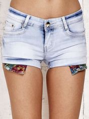 Jasnoniebieskie szorty jeansowe z podwijanymi nogawkami