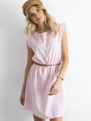 Jasnoróżowa sukienka z falbanami na rękawach