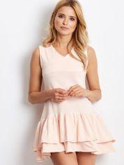 Jasnoróżowa sukienka z warstwowymi falbanami