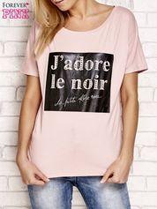 Jasnoróżowy t-shirt z napisem J'ADORE LE NOIR