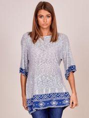 Jasnoszary sweter z niebieskim etnicznym wykończeniem