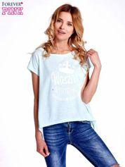 Jasnoturkusowy t-shirt z napisem WASZA WYSOKOŚĆ