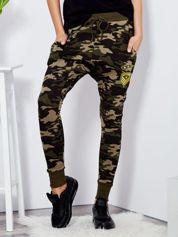 Khaki spodnie dresowe baggy z naszywkami