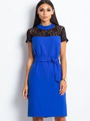 Kobaltowa sukienka koktajlowa z koronką przy dekolcie