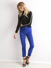 Kobaltowe spodnie z wiązaniem