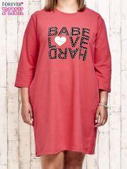 Koralowa sukienka dresowa z napisem BABE PLUS SIZE