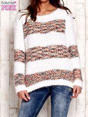 Koralowy puszysty sweter w kolorowe pasy