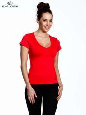 Koralowy t-shirt sportowy termoaktywny z dekoltem V