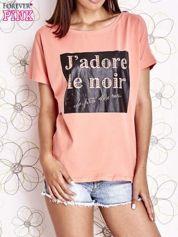 Koralowy t-shirt z napisem J'ADORE LE NOIR