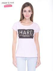 Liliowy t-shirt z metalicznym nadrukiem HARD i koronkową wstawką z tyłu