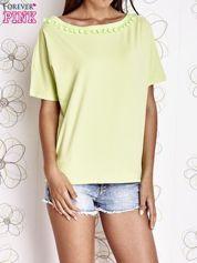 Limonkowy t-shirt z kolorowymi pomponikami przy dekolcie