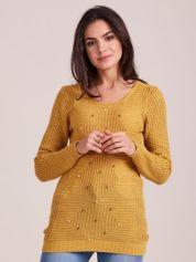 Musztardowy sweter z perełkami