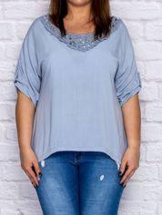 Niebieska bluzka oversize z koronkową wstawką i perełkami