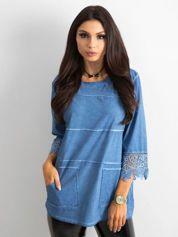 Niebieska bluzka z koronką i kieszeniami