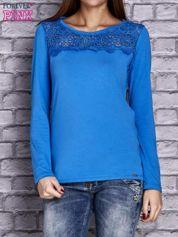 Niebieska bluzka z koronkową wstawką