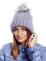 Niebieska czapka z futrzanym pomponem