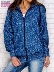 Niebieska kurtka w drobne wzory