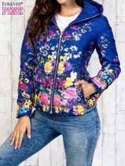 Niebieska kurtka z kwiatowym motywem