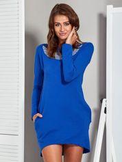 Niebieska tunika z biżuteryjnym dekoltem i wycięciem na plecach