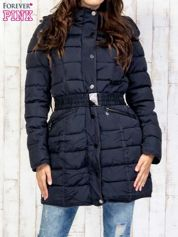 Niebieski pikowany płaszcz z paskiem