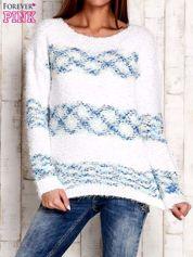 Niebieski puszysty sweter w kolorowe pasy