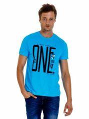 Niebieski t-shirt męski z nadrukiem i napisem ONE