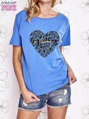 Niebieski t-shirt z napisem JE T'AIME i dekoltem na plecach