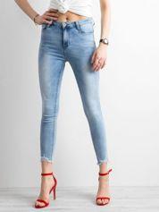Niebieskie dopasowane jeansy push up